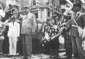 戴高乐(前左二)进入解放了的巴黎