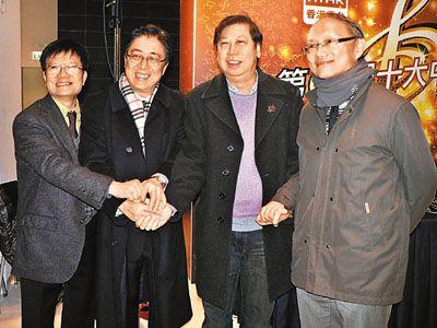 虽然英皇歌手没出席,但吴雨(右二)仍代表IFPI现身并和张文新(左二)及戴健文(右)合照