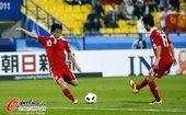 图文:中国队2-0胜科威特 邓卓翔起脚瞬间