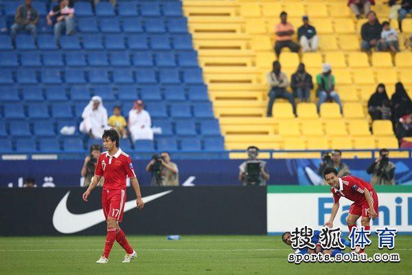 图文:中国队2-0胜科威特 张琳�M潇洒大步走