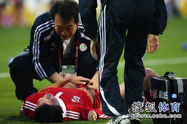图文:中国队2-0胜科威特 杨旭接受治疗