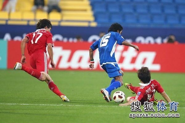 图文:中国队2-0胜科威特 邓卓翔滑地铲球