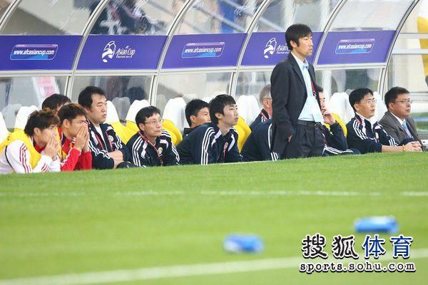 图文:中国队2-0胜科威特 高洪波场下指挥