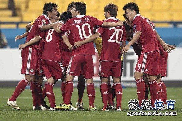 中国队/幻灯:中国队庆祝亚洲杯首捷 鞠躬感谢现场球迷