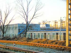 公寓夹在地铁13号线和京包铁路之间。罗乔欣 摄