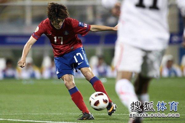 图文:韩国队2-1胜巴林 李青龙左脚射门