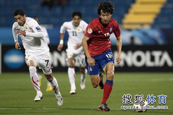 图文:韩国队2-1胜巴林 池东沅带球狂奔
