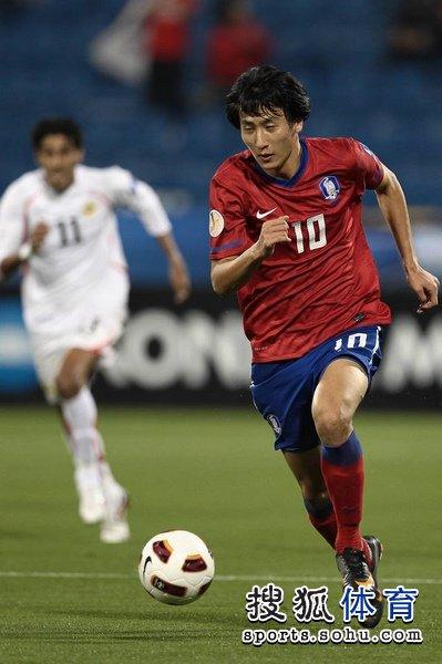 图文:韩国队2-1胜巴林 池东沅持球进攻