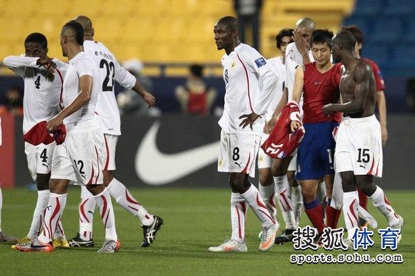 图文:韩国队2-1胜巴林 赛后交换球衣