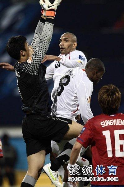 图文:韩国队2-1胜巴林 郑成龙空中摘球