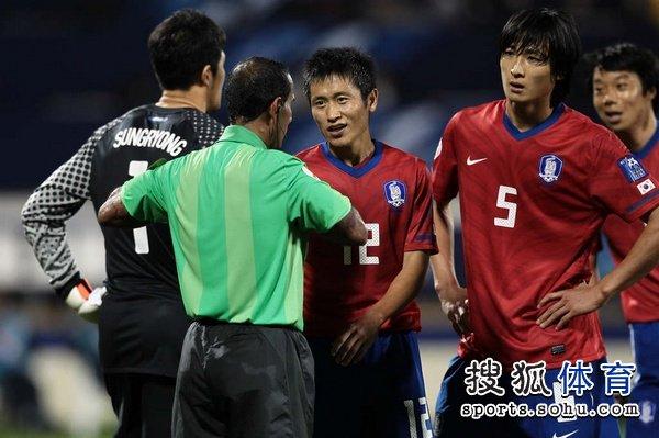 图文:韩国队2-1胜巴林 郭泰辉不敢相信的红牌