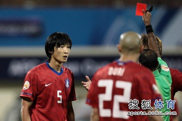 图文:韩国队2-1胜巴林 郭泰辉吃惊得红牌