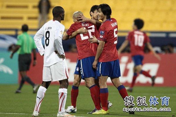 图文:韩国队2-1胜巴林 队友拥抱恭喜车杜里