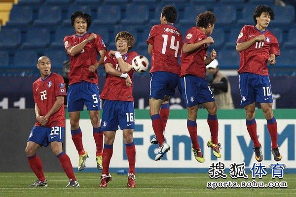 图文:韩国队2-1胜巴林 韩国队防守任意球
