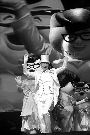 """张学友增加了纪念干妈沈殿霞的环节,会与一群扮演肥肥造型的人偶共同表演""""瘦身舞""""。"""