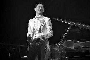 张学友将坐在钢琴边深情献唱《迷你》、《情人的眼泪》。