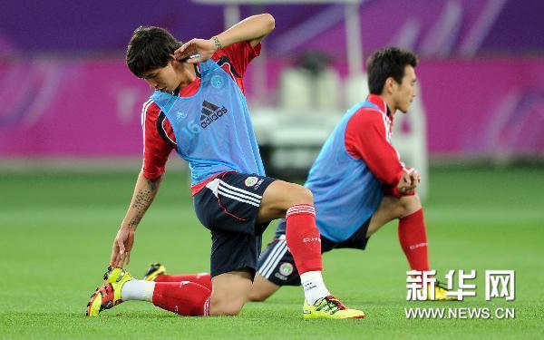 图文:亚洲杯国足备战 张琳�M在压腿