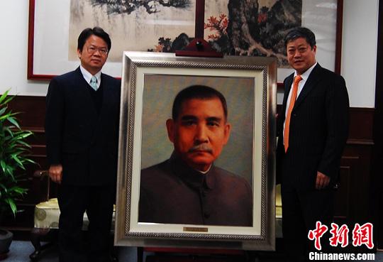 图为台北孙中山纪念馆馆长郑乃文(左)接收绒绣像.中新社...