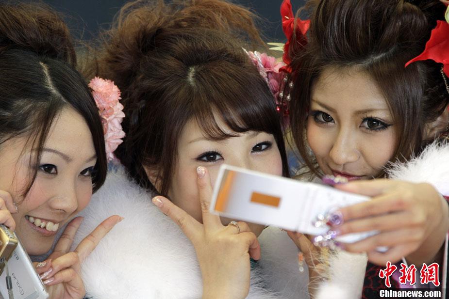 成年人日小幼女_高清:日本年轻少女欢庆成人节(组图)