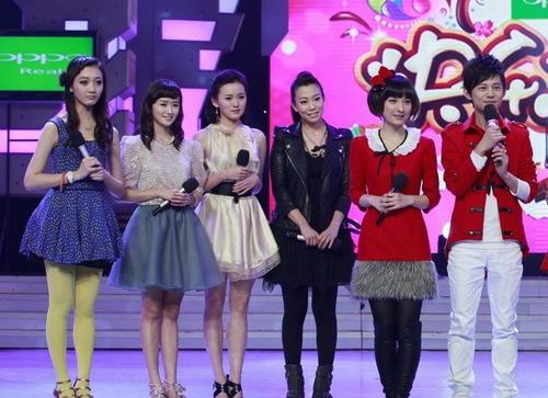 何炅谢娜与《一不小心爱上你》的女演员们