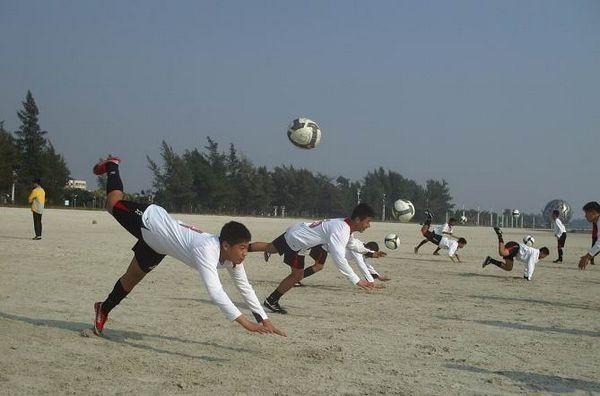 队员在练习冲顶头球