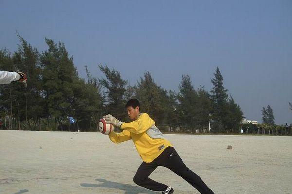 守门员在练习扑球动作