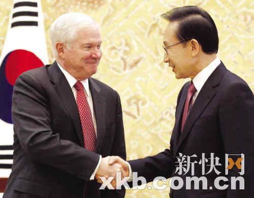 """韩国总统李明博14日在青瓦台会晤美国国防部长盖茨,称在解决韩朝问题方面,今年是""""关键的一年""""。"""