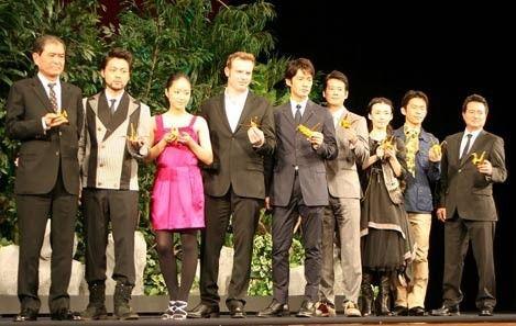 (左起)导演平山秀幸、山田孝之、井上真央、Sean McGowan、竹野内丰、唐泽寿明、中岛朋子、冈田义德、导演塞林-格拉克。
