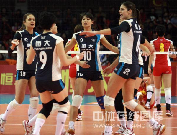 图文:恒大女排3-0横扫四川 恒大女排庆祝得分