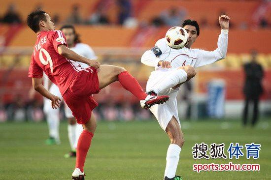 图文:[亚洲杯]伊朗VS朝鲜 郑大世对脚