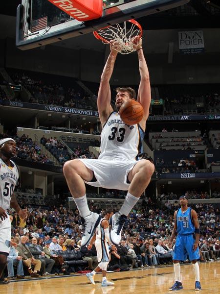 图文:[NBA]小牛负灰熊 马克-加索尔暴扣