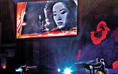 """伦永亮(右)担任表演嘉宾,配合大萤幕跟已离世的梅艳芳再度""""合唱"""""""