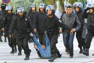 警察拘捕示威者