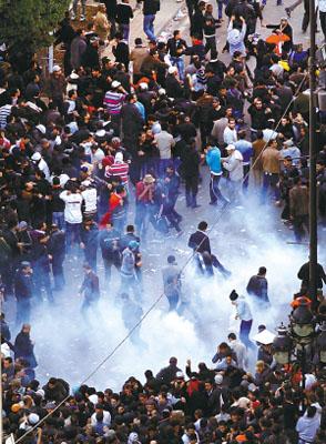 防暴警察发射催泪弹