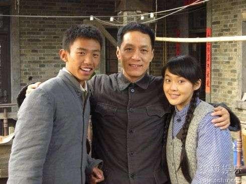 """张佳宁(右一)与""""父亲""""冯远征"""