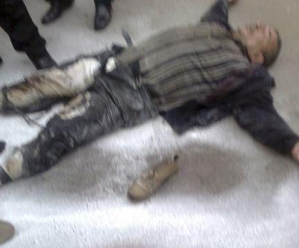 一位50岁的埃及中年男子因买不起生活必需品而试图自焚,被保安阻止。
