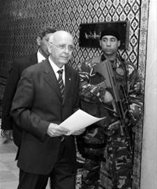 加努希17日手持内阁名单出席新闻发布会