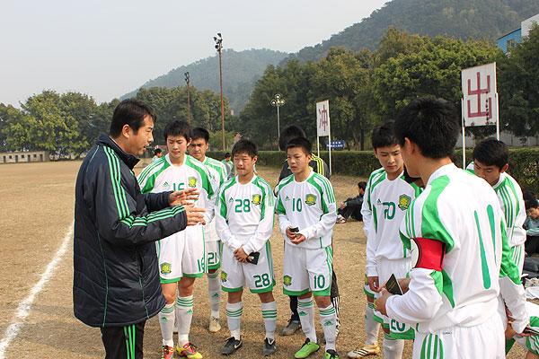 教练员为北京国安U-17梯队讲解