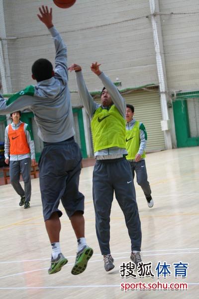 图文:国安队员玩篮球和手球 徐亮中投