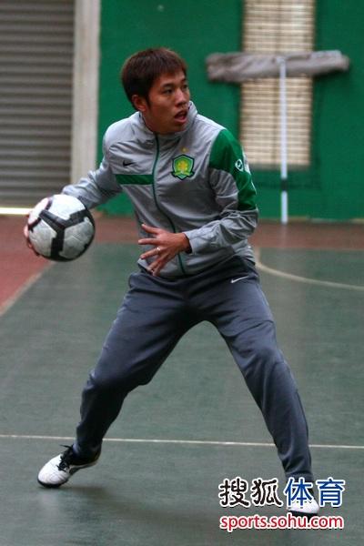 图文:国安队员玩篮球和手球 王长庆传球
