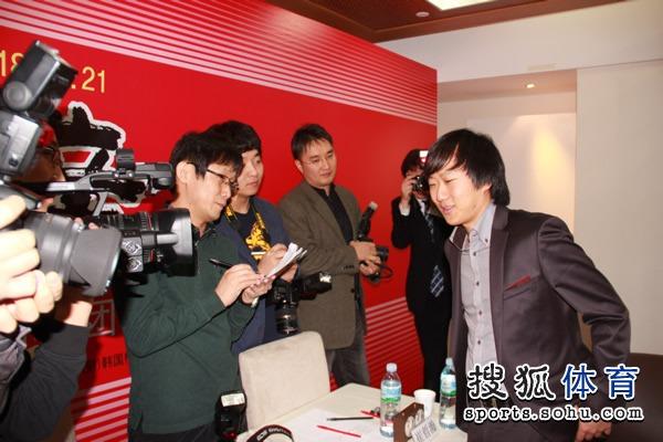 崔哲瀚与韩国记者轻松谈笑