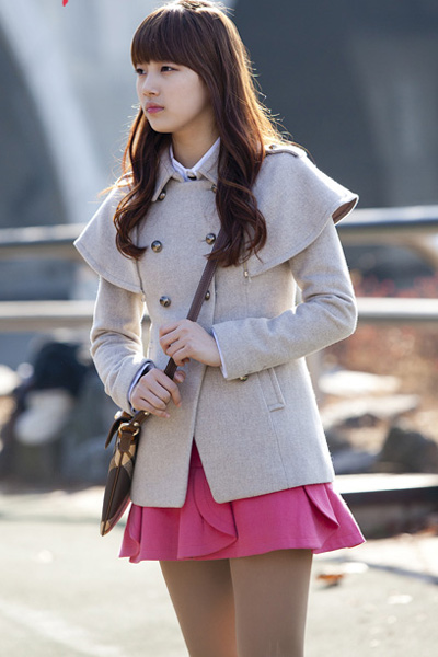 白色羊绒开衫搭配桃红色礼服短裙