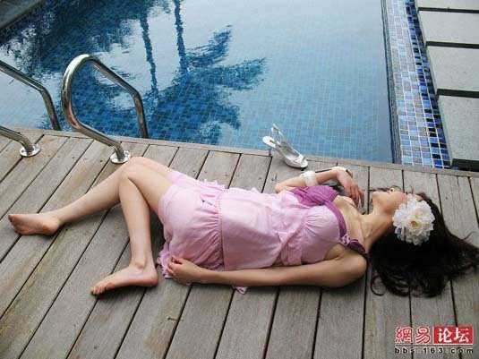 美女泳池边摆弄性感组图