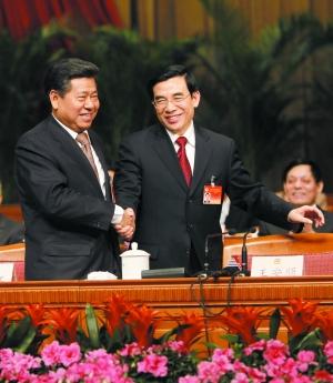 北京市政协前任主席阳安江(左)与王安顺(右)握手,表示祝贺。