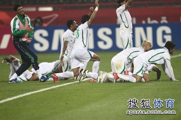 伊拉克球员跪地感谢