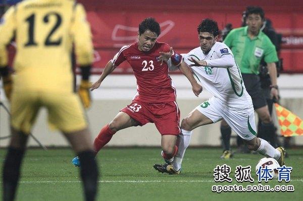 图文:伊拉克1比0朝鲜队 金国振拼抢对手