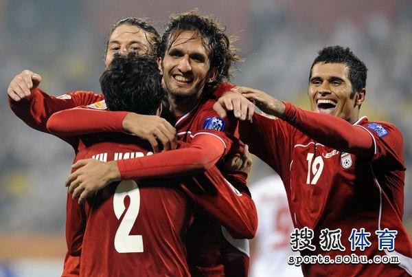 图文:伊朗队3比0阿联酋 伊朗队员拥抱