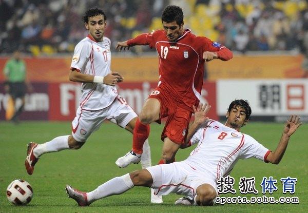 图文:伊朗队3比0阿联酋 哈姆丹放倒对手