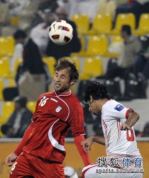 图文:伊朗队3比0阿联酋 头球争顶很给力