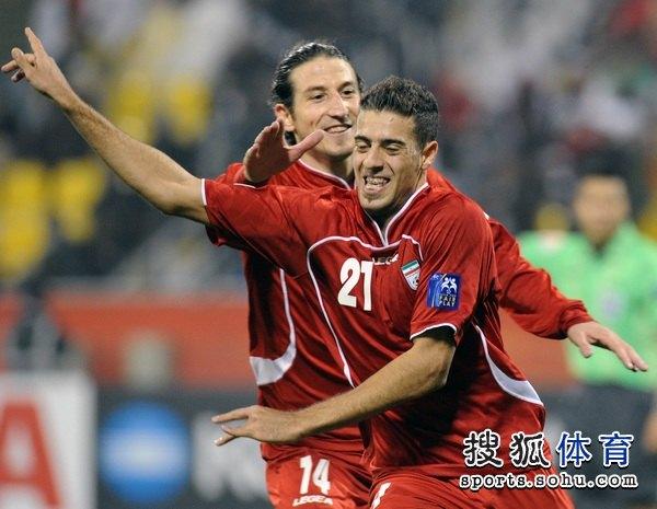 图文:伊朗队3比0阿联酋 阿法辛和队友庆祝